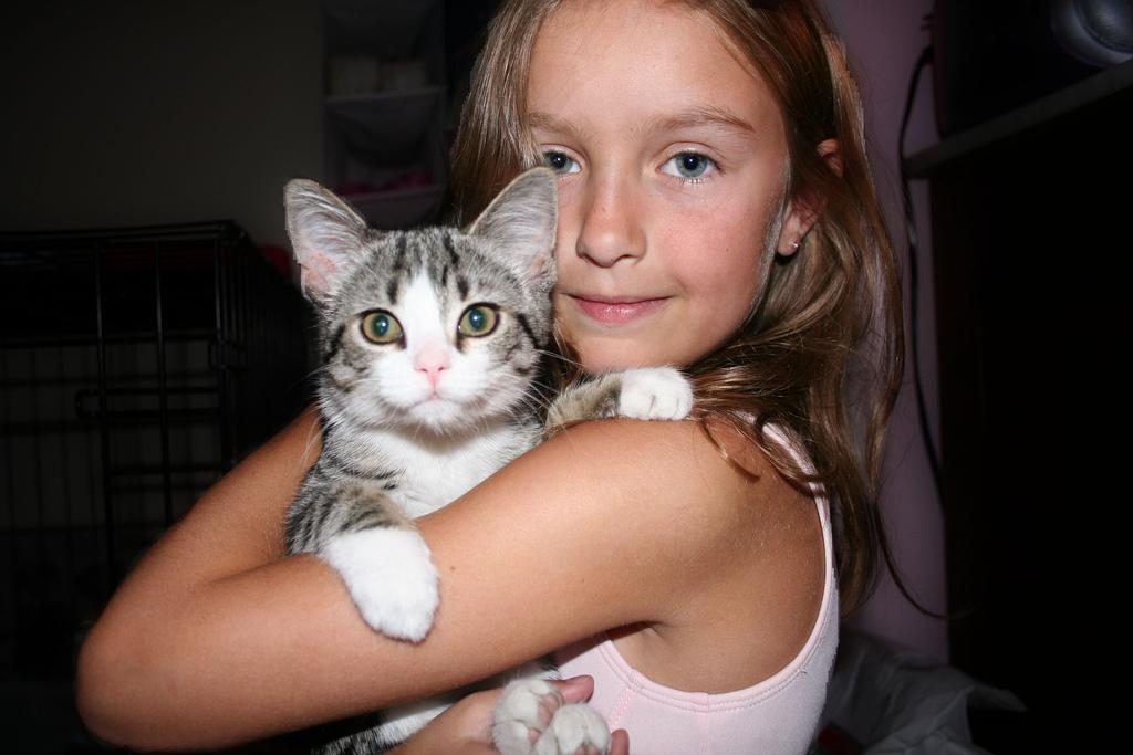chica-saltando-con-gato Hannah -