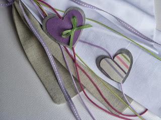 λαμπάδα βάπτισης με υφασμάτινες μωβ καρδούλες