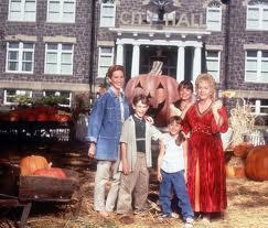 Halloweentown y en España como Halloweentown ¡Qué familia la mía!), es una película original de Disney Channel, dirigida por Duwayne Dunham.