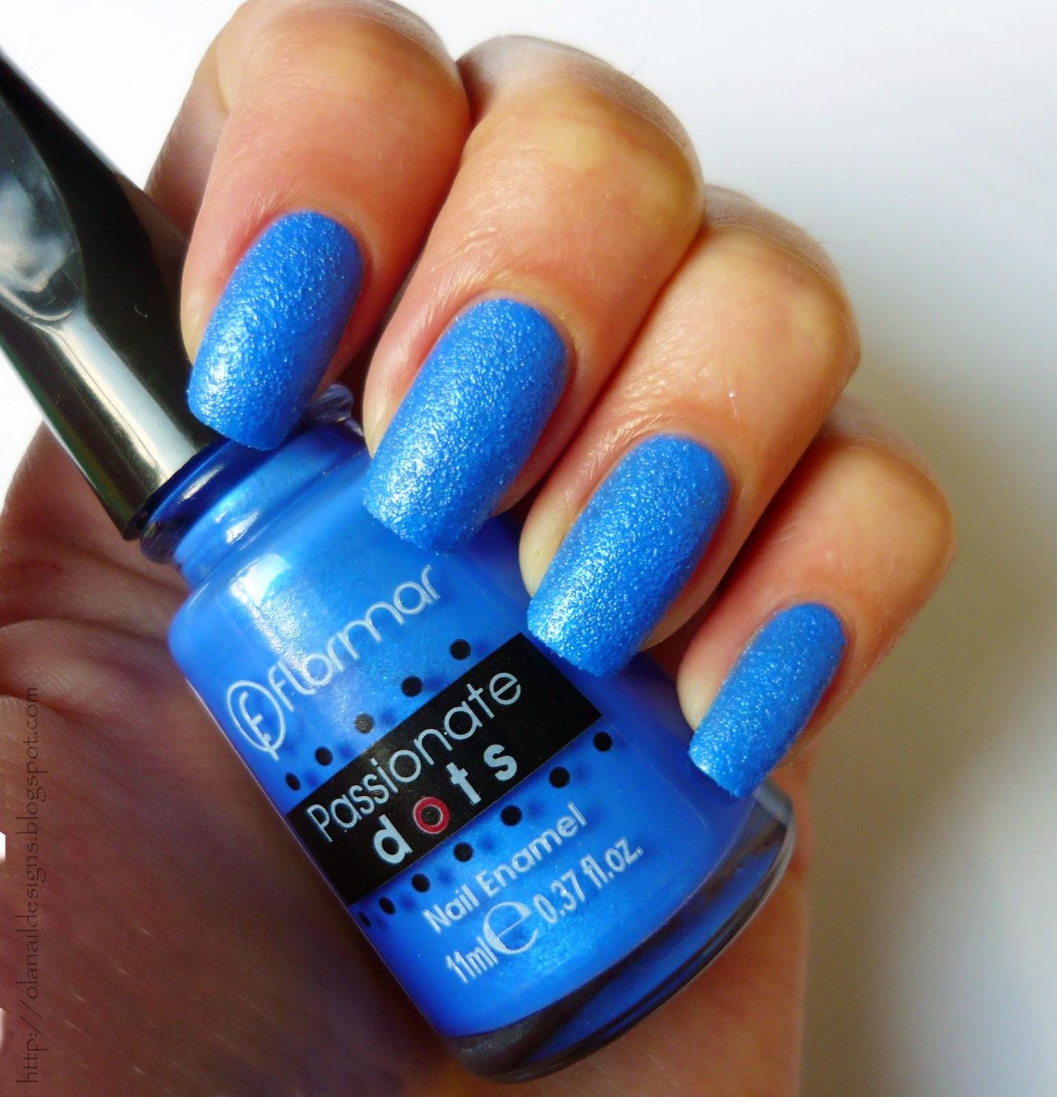 piaskowe niebieskie paznokcie