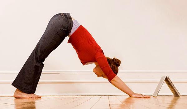 La postura del perro boca abajo de yoga