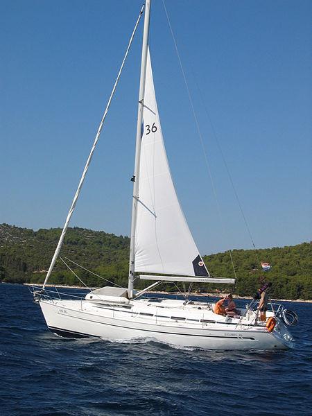 Gambar Perahu Layar Yacht lagi melaut