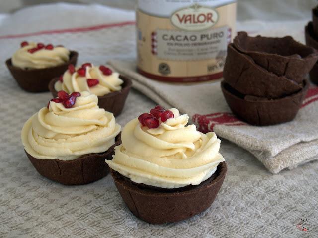 mousse de chocolate blanco, ganache de chocolate con leche, sobre una base de pasta quebrada de cacao y con un toque de caramelo salado.