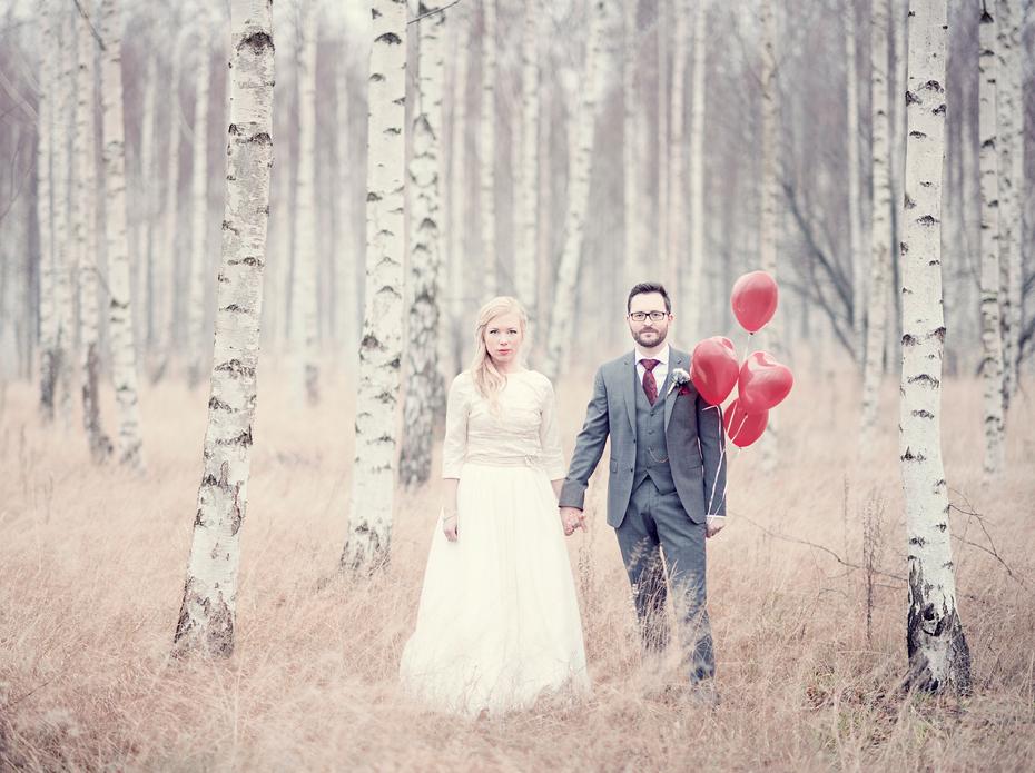 Bryllupsbilder av brudepar i bjørkeskog, Bryllupsfotograf Trine Bjervig, Tønsberg