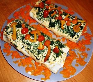 Закусочный рулет с орехами и сливочным сыром
