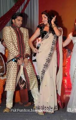 hot anushka sharma in saree