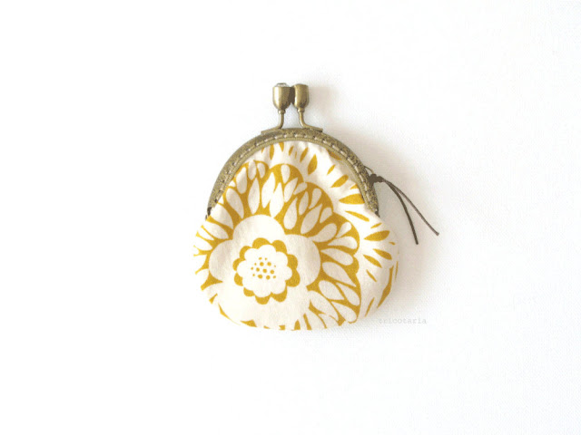 Framed coin purse mustard and beige by tricotaria
