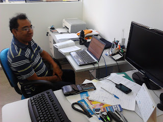 Professor Peruano Luis em seu ambiente de trabalho