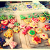 Decorando galletas navideñas y cupcakes.