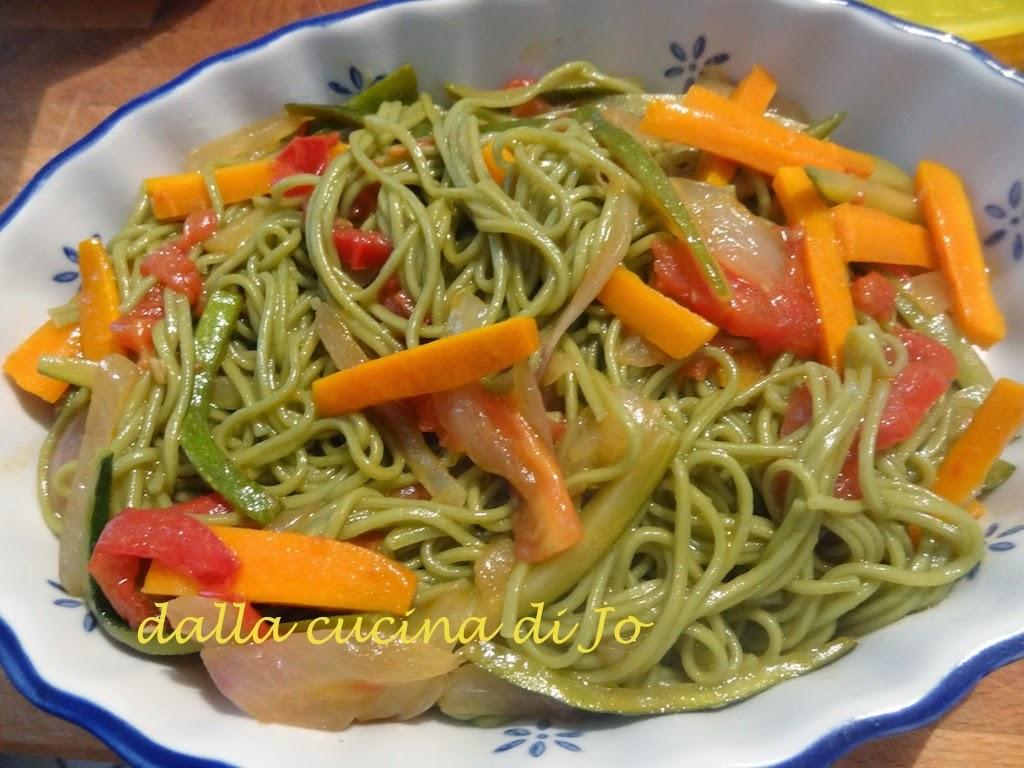 noodles al tè verde con verdure saltate