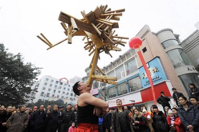 Li Hongxiao Angkat 23 Kursi Kayu Dengan Giginya [ www.BlogApaAja.com ]