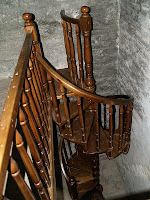 L'escala de fusta que porta al cor de Sant Jaume de Fonollet