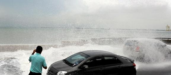 Ombak Besar Melanda Pantai Pulau Pinang