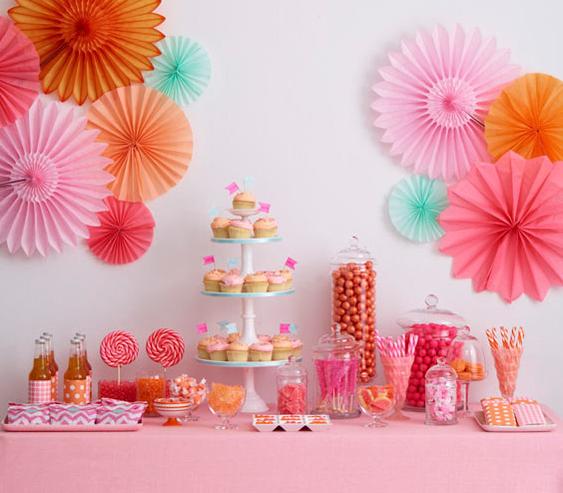 mesa de dulces con cupcakes y abanicos