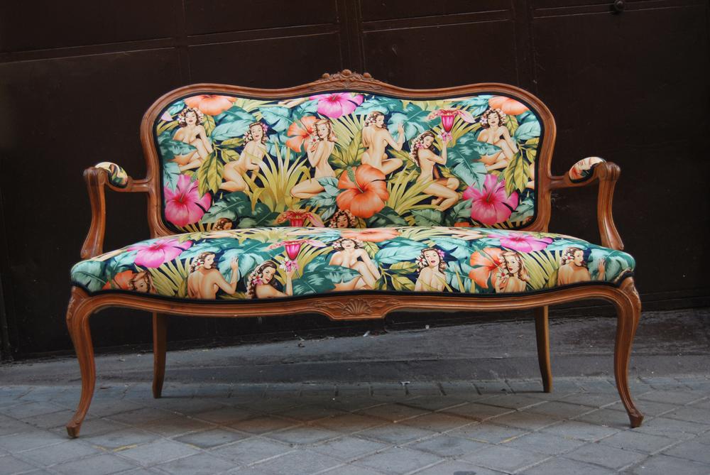 Sofa luis xv tapizado con tela de pin ups la tapicera for Sillas tapizadas estampadas
