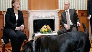 Πώς ο Β.Πούτιν χρησιμοποιώντας ένα λαμπραντόρ έκανε επίδειξη δύναμης και ψυχολογικό πόλεμο στην Α.Μέρκελ (εικόνες)