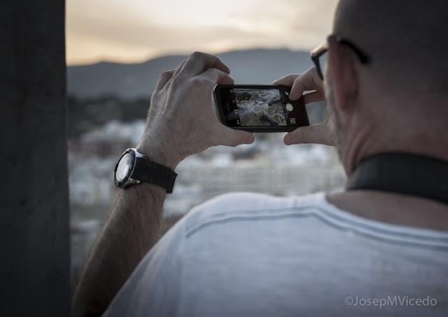 Fent fotos amb el mòbil des del Campanar d'Ontinyent. AFCA. Fotografia Canals.