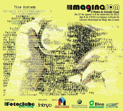 """O cartaz de divulgação destaca a imagem de uma câmera fotográfica entre duas mãos. A ilustração em tons de amarelo e preto é toda formada pelas palavras """"inclusão visual"""", """"fotografia inclusiva"""", """"sociedade"""",""""semiótica"""" e nomes de teóricos.  Nele também aparecem nome, local e data da mostra e as logomarcas dos patrocinadores. Criação e arte de Tina Andrade."""