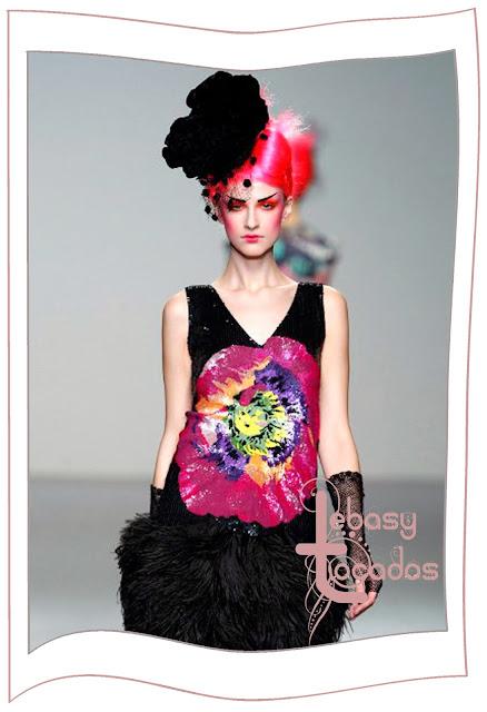 Tocado flor grande en tono negro de Elisa Palomino en la MBFWM