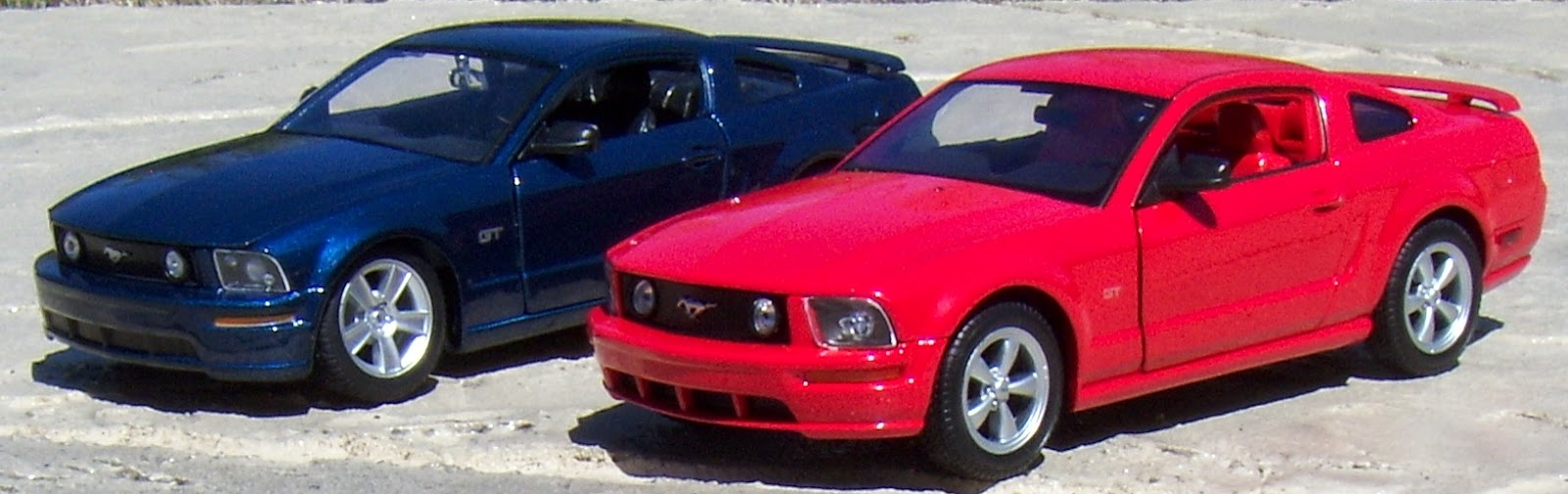 Welly 1 24 2005 ford mustang gt and maisto 1 24 2006 ford mustang gt