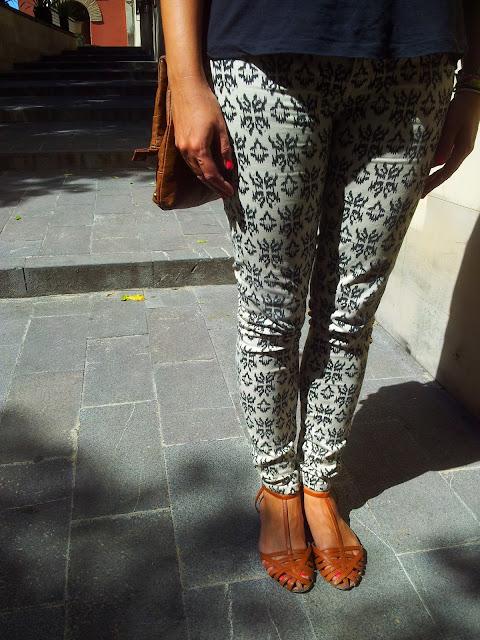 Outfit con jeggings con estampado étnico de Zara, camiseta básica de Stradivarius y bolso-cartera de Primark tendencias otoño-invierno