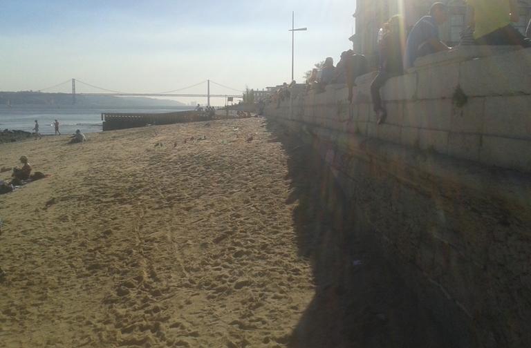Praia Fluvial Ribeira das Naus com vista para a Ponte 25 Abril