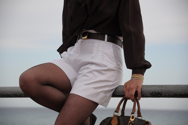 SHIRT: Made to measure, but you can find something similar from Zara , SHORTS: Sisley , STOCKINGS: Calzedonia , BRACELET: Once upon time , BELT AND BAG: Louis Vuitton , HANDBAND: Accessorize , EARRINGS: Tiffany
