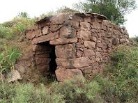 La segona barraca que trobem, en la que s'hi aprecia el voladís de pedres planes per escopir l'aigua