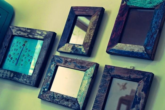 Decoraci n con espejos rojosill n for Como hacer un espejo con marco de madera