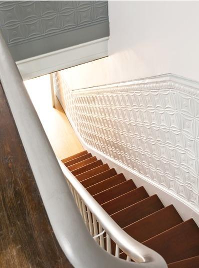 el color blanco en la pared de una escalera