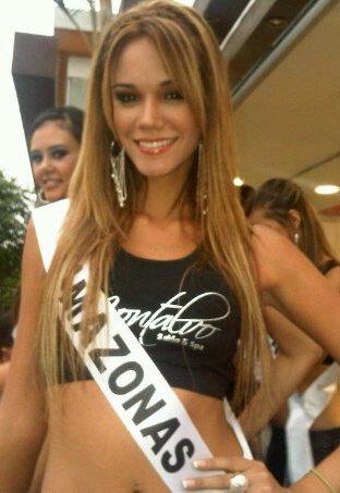 Giselle Patron con cabello largo y flequillo