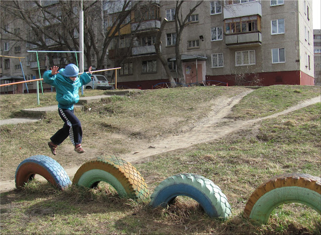 Настя прыгает по клоесам - детские игры