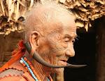 एक नागा पुरुष अपने पारंपरिक लिबास में
