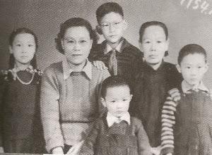 1954年秋,没有父亲的日子。小学六年学习与品行全优的哥哥, 考入北京市男二十五中。母亲和姥姥挑起全家生活重担。