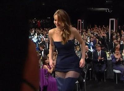 chica sexy y rubia con el vestido abajo