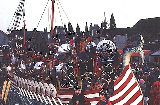 Gambar Kapal Layar Galleas lagi parade
