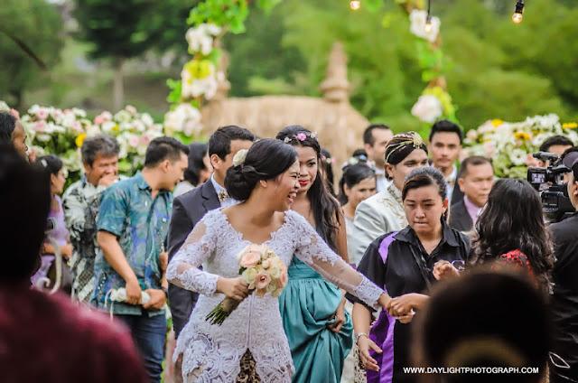 foto moment keceriaan pernikahan outdoor di lapangan hanoman ramayana candi prambanan
