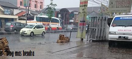 Suasana Hujan Deras di Jalan Raya - Blog Mas Hendra