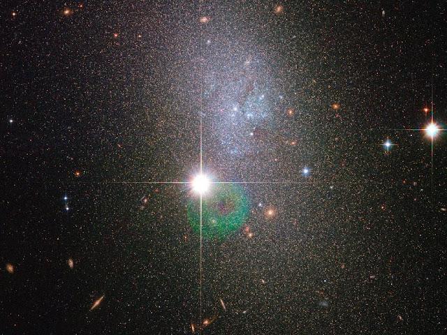 O telescópio espacial Hubble fez imagens da galáxia DDO 82, localizada a mais de 13 milhões de anos-luz da Terra
