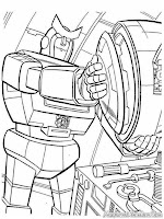 Robot Transformer Memperbaiki Senjata Mereka
