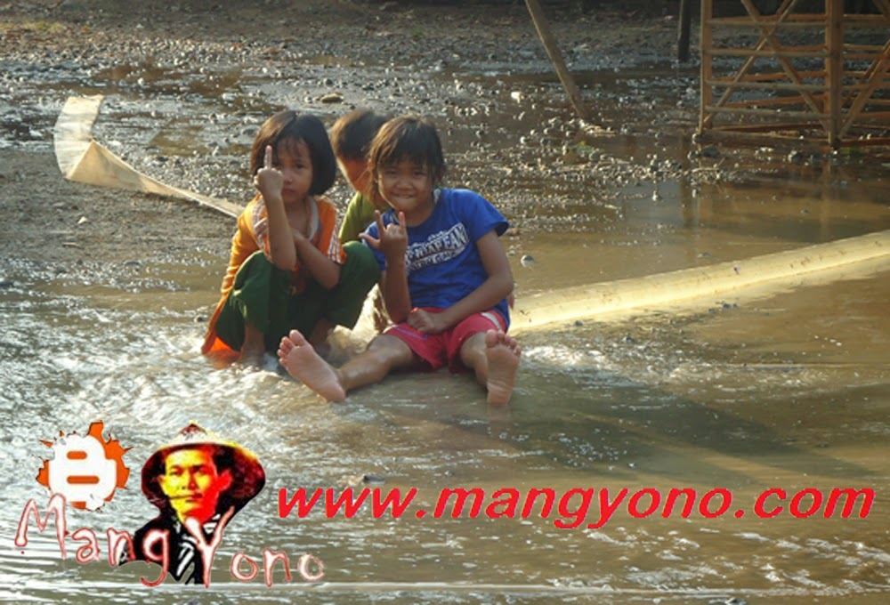 Kalau anak - anak malah seneng ngeliat air, jadinya basah - basahan