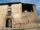 La façana de migdia del Mas de les Claperoses amb el portal adovellat