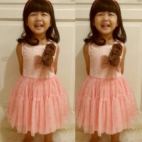 foto anak kecil cantik memakai gaun pesta