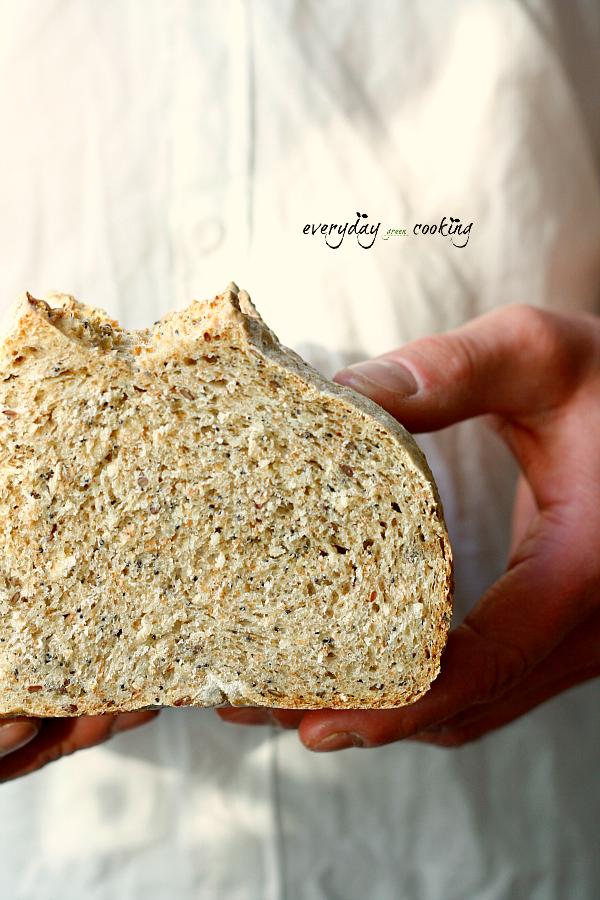 Orkiszowy chleb z ziarnami