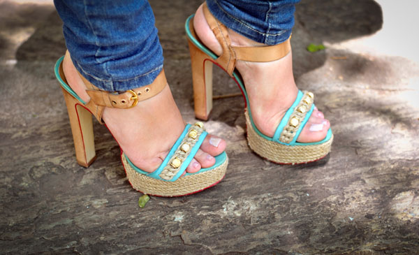 Look: sandália de salto nude e azul turquesa. Cravo & Canela