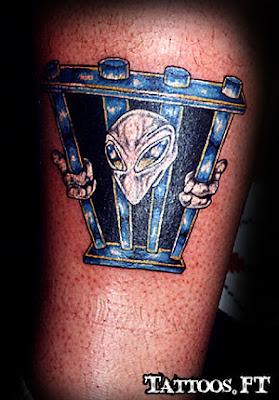 Tatuagens o Alien preso na Perna