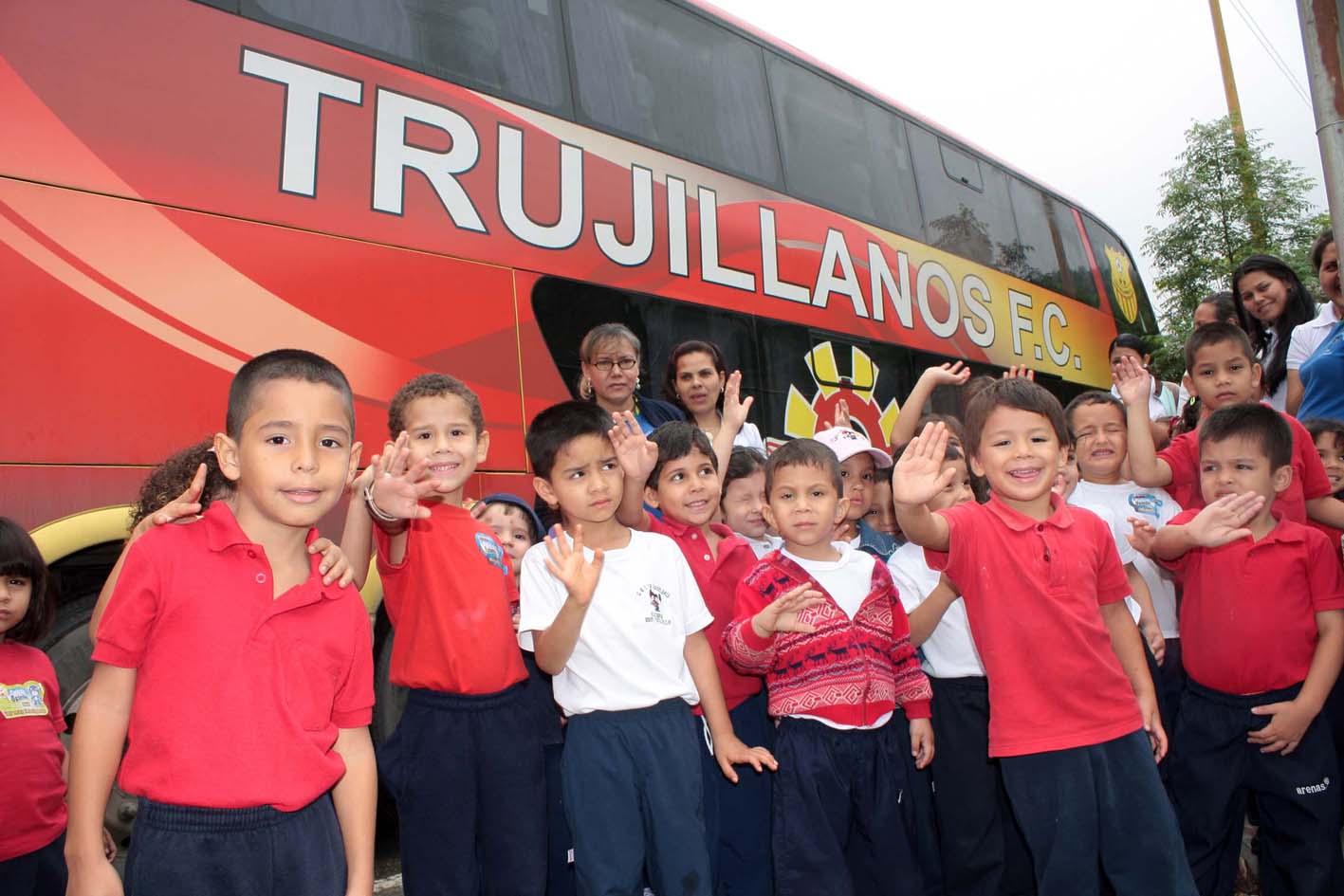 Trujillanos regal una sonrisa a los ni os del jard n de infancia la candelaria trujillanos fc - Tecnico jardin de infancia ...