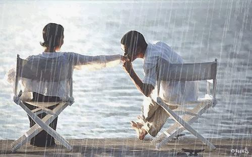 Romance-Woman-Man-Chairs-Beach-Side-Rain - ضغوط ما بعد الزواج تتأثر بهرمونات الحب والسعادة - رجل يقبل يبوس يد امرأة بنت فتاة على البحر الشتاء المطر
