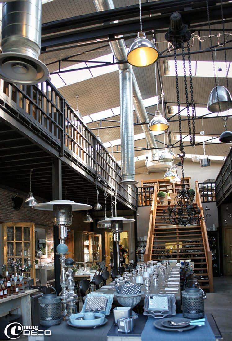 La grande salle du Comptoir Loranger montre sa structure métallique d'origine industrielle