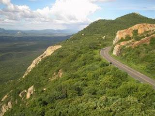 Motorista morre após tombar caminhão guincho em serra de Teixeira, no Sertão da PB Trecho do acidente está situada a cerca de 850 metros acima do nível do mar, seg